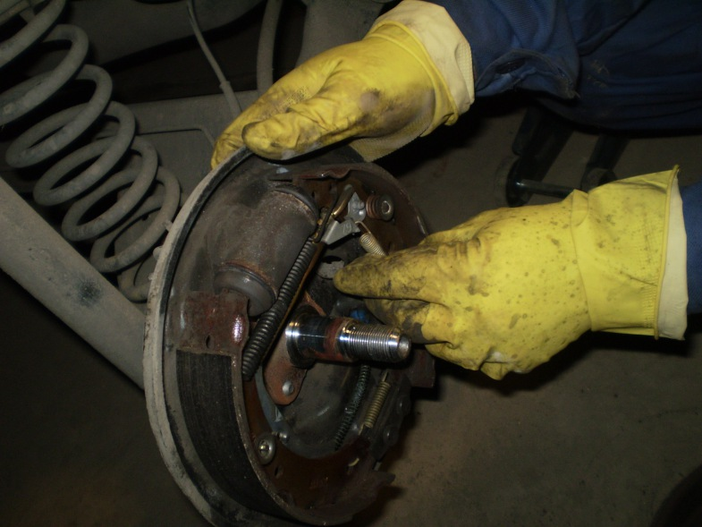 Замена задних тормозных колодок логан