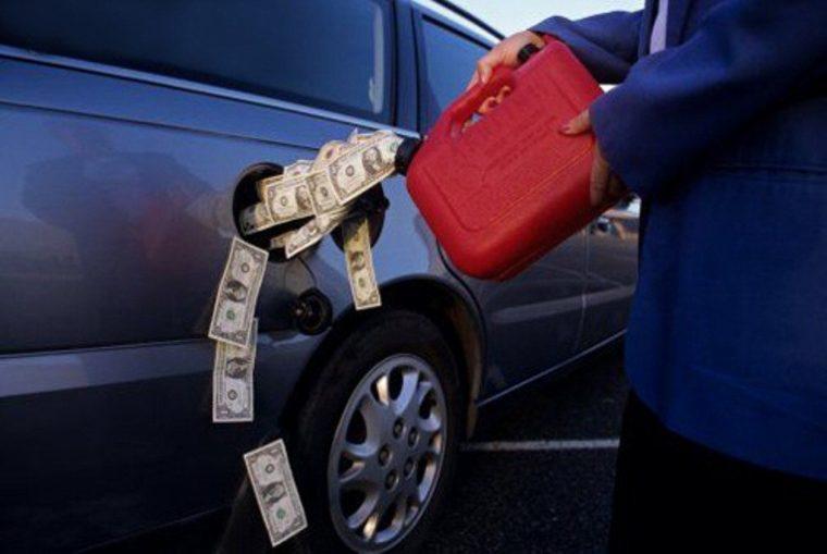 Почему машина бензина много жрет